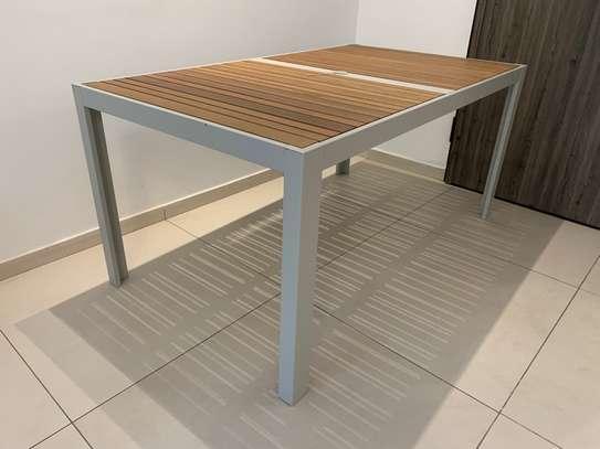 Table extérieure image 1
