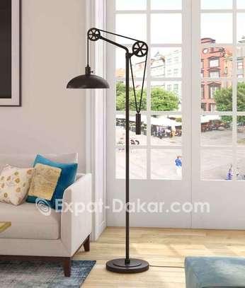 Lampadaire en métal à poulie réglable moderne image 1