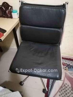 Chaise en cuir image 1