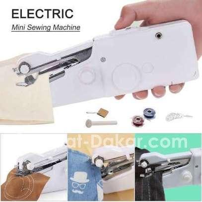 Mini machine à coudre portable électrique image 5