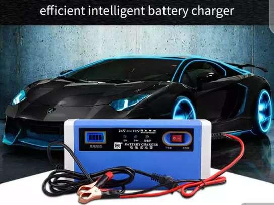 Chargeur de batterie intelligent 12/24 volts - Auto, moto, camion image 1