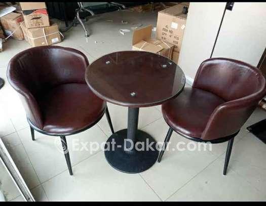 Table avec 2 chaises en cuir image 1