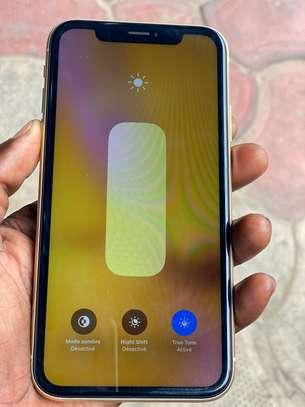 iPhone XR couleur jaune et blanc image 2