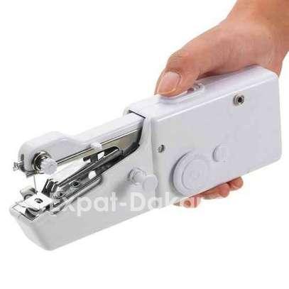 Mini machine à coudre portable électrique image 3