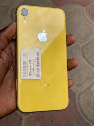 iPhone XR couleur jaune et blanc image 1