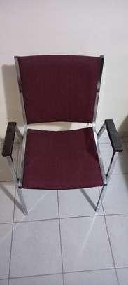 Chaises en fer et fauteuils image 1