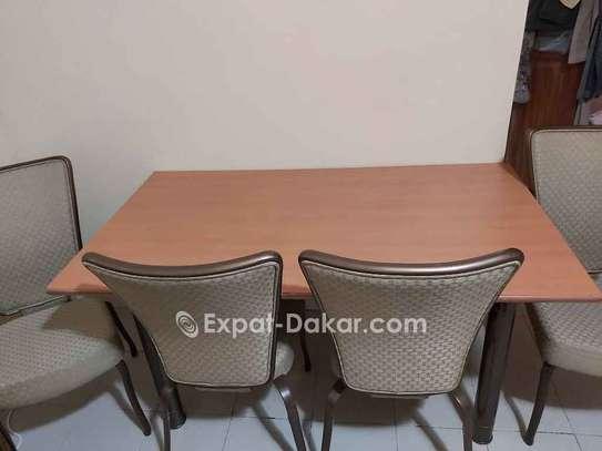 VEND TABLE A MANGER AVEC JOLIES CHAISES image 1