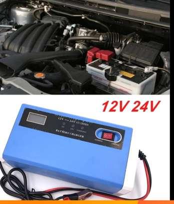 Chargeur de batterie intelligent 12/24 volts - Auto, moto, camion image 2