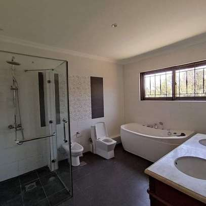 5 bedroom villa for rent in Lavington image 12