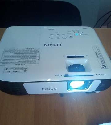 Epson EB UO5 Projector image 2