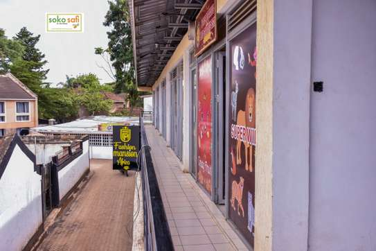 Shops and Commercial spaces to Let image 4
