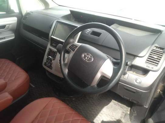 Toyota Noah image 5