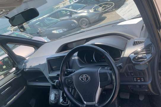 Toyota Voxy image 11