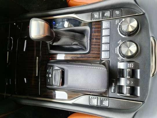 Lexus LX 570 image 7