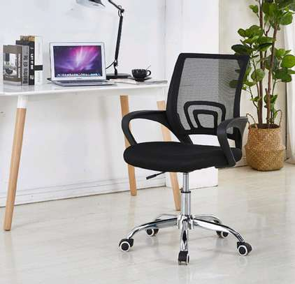 An office chair with ventilated back to keep off sweat image 1