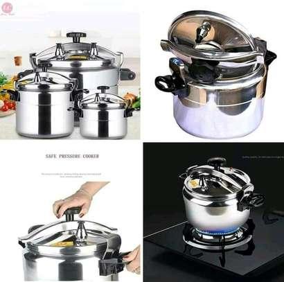 Aluminium pressure cooker  5,7, 9 and 11 litres image 1