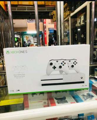 X BOX ONE S 1TB+2 controllers image 1