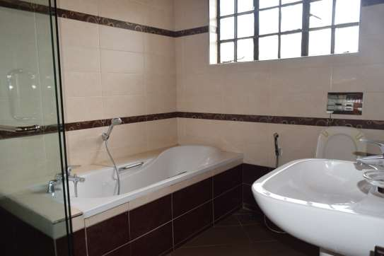 3 bedroom house for rent in Gigiri image 10