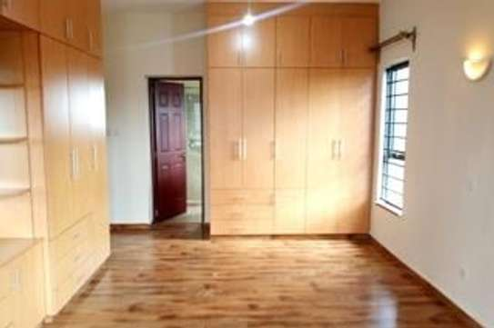 Furnished 3 bedroom apartment for rent in Rhapta Road image 5