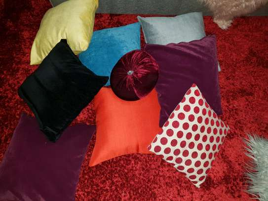 Throw pillows image 1