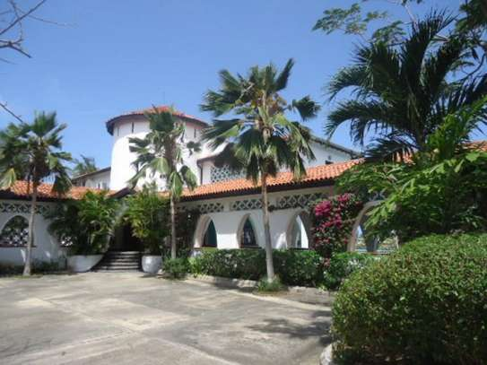 4br beach villa house with 2br guest wing for rent in Nyali. Hr15 - 1229 image 2