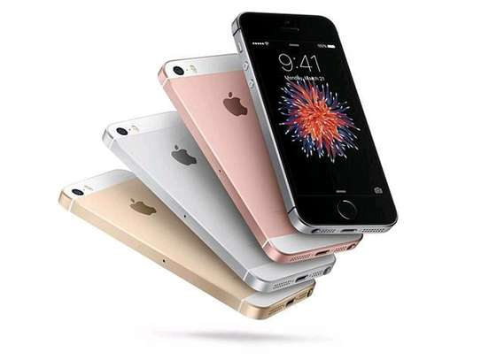 IPHONE SE 64GB NEW WITH 2 YEARS WARRANTY AND ONE YEAR SCREEN WARRANTY image 1