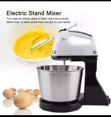 Electric hand mixer with a bowl