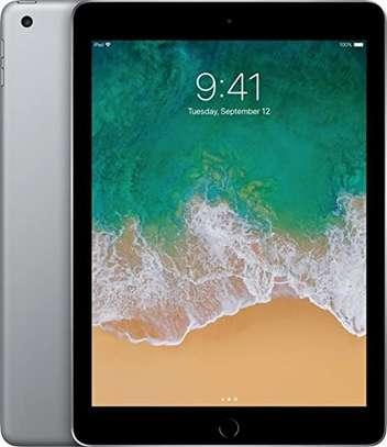 Apple iPad 9.7 (2017) 128GB image 3
