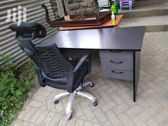 Extra good finishing office desk with an office chair in black with adjustable headrest image 1