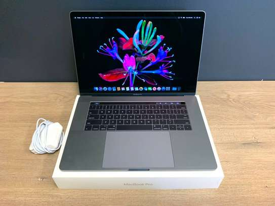 MacBook Pro 15 Touch Bar / CORE i9 / 32GB / 512GB SSD / NEW BATTERY / 2018-2019