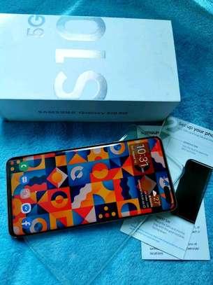 Samsung Galaxy  S10 5g    512  Gigabytes Black & Galaxy Buds image 1