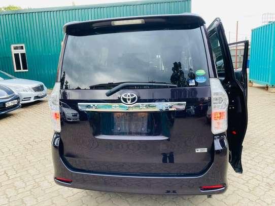 Toyota Voxy image 9