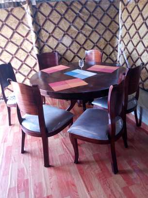 Dining table round.