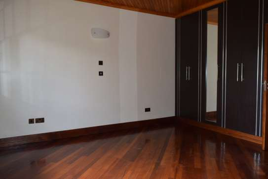 3 bedroom house for rent in Gigiri image 8
