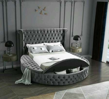 Chesterfield round bed with storage facility /5*6 round bed image 1
