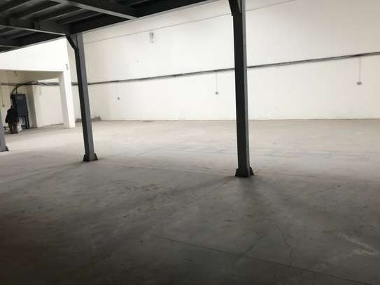 9000 ft² warehouse for rent in Industrial Area image 4