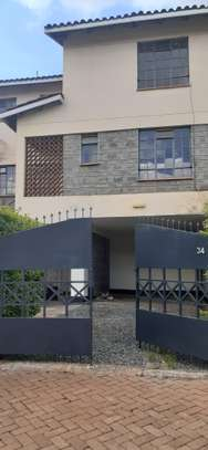 4 bedroom maisonette with dsq for rent