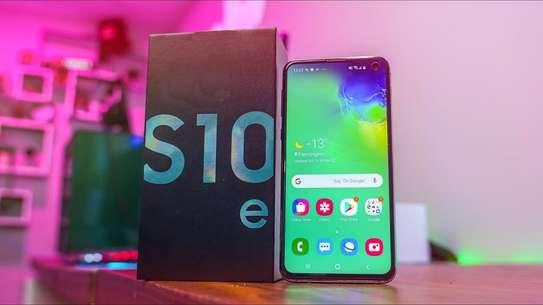Samsung Galaxy S10e image 2