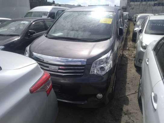 Toyota Noah image 4