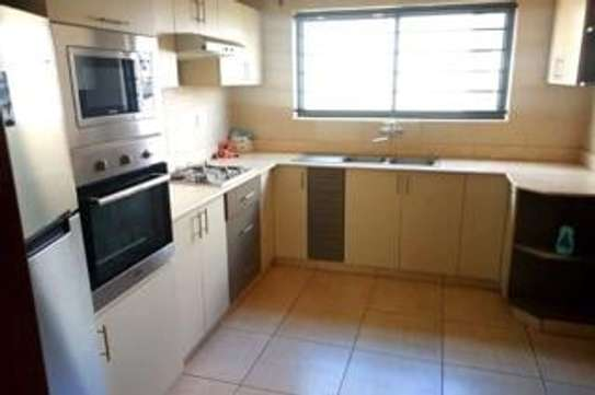 Furnished 3 bedroom apartment for rent in Rhapta Road image 8