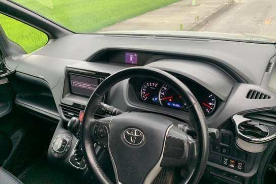 Toyota Voxy image 5