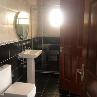 2 bed Apartment to let image 5