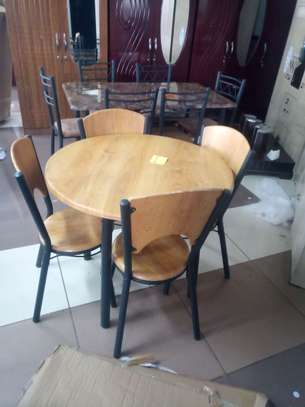 ROUND DINING TABLE image 5