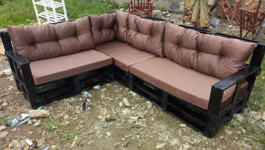 BEAUTIFUL 6 SEATER PALLET SOFA WITH CUSHIONS image 2