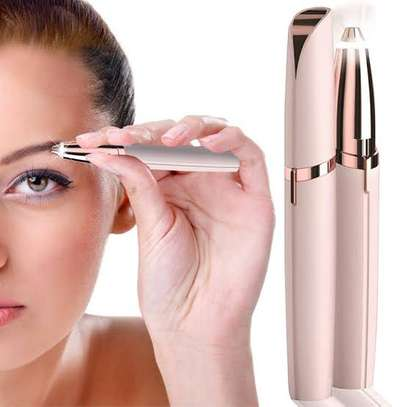 Eyebrows trimmer image 1