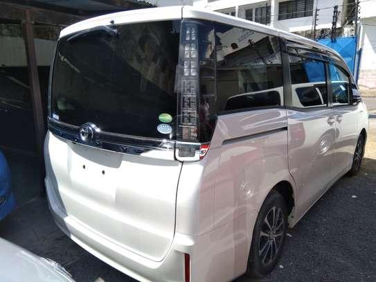Toyota Voxy 2014 image 3