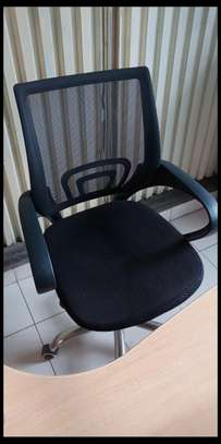 Swivel office chair for use with an office desk image 1