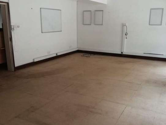 372 m² warehouse for rent in Industrial Area image 5