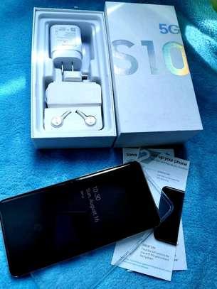 Samsung Galaxy  S10 5g    512  Gigabytes Black & Galaxy Buds image 2