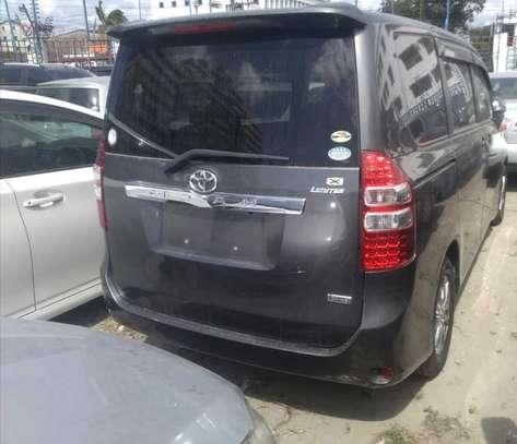 Toyota Noah image 11